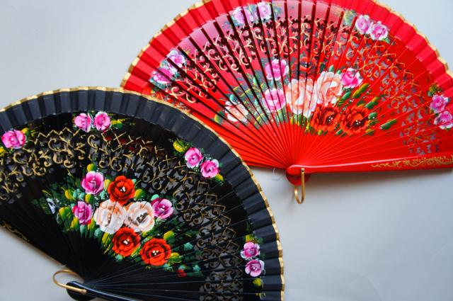 アバニコ 透かし彫りを施し、1本1本丁寧に華麗な花柄が描かれています カラー:レッド、ブラック 23cm