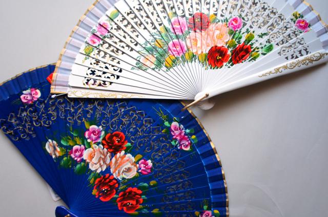 アバニコ 透かし彫りを施し、1本1本丁寧に華麗な花柄が描かれています カラー:ブルー、ホワイト 23cm